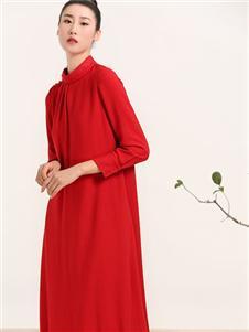 晒谷场红色连衣裙