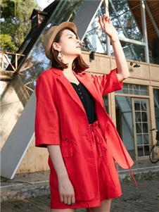 城绘红色外套