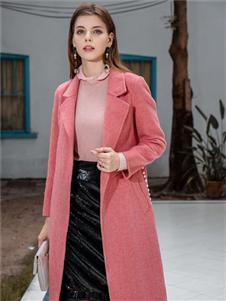城绘粉色大衣