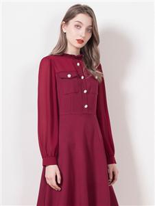 柏维娅就红色连衣裙