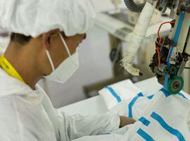石狮服装企业跨界做防护服 24小时不停生产