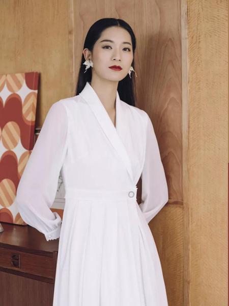 卡蔓2020春装白色连衣裙