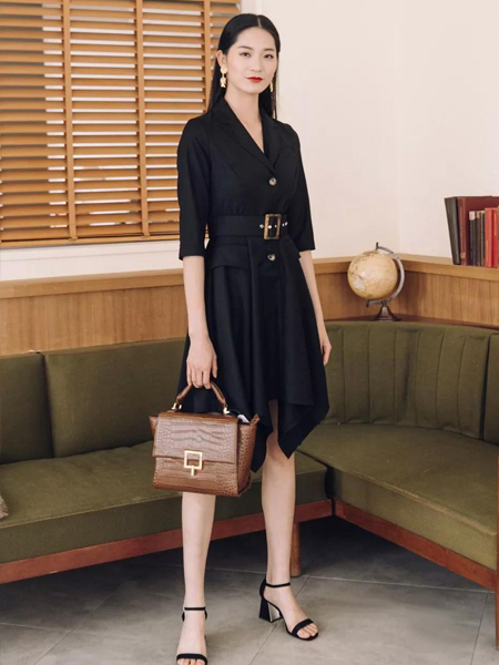 卡蔓2020春装黑色连衣裙