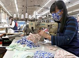 """日本泳衣面料制口罩,美国将采购5亿个,全球上演""""口罩争夺战"""""""
