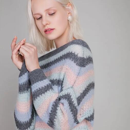 藏在粉彩渐变色毛衫里的少女感