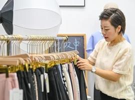 她在郑州曾靠服装批发一天净赚10万,如今转战直播带货,9个月增粉17万