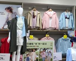日本人冒雨排队购买优衣库清凉口罩