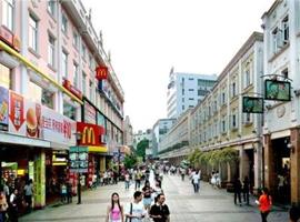 美邦、班尼路、佐丹奴…步行街上这些门店,你上一次逛是什么时候?