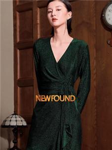 纽方墨绿色V领连衣裙
