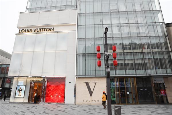 """在全国奢侈品商店的 """"排队潮"""" 中,谁是主要消费者?"""