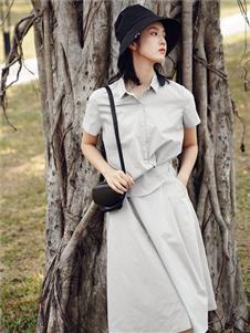 底色银灰色连衣裙