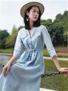 底色蓝色连衣裙